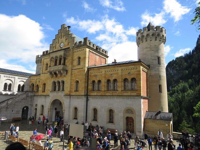 nádvoří za hlavní branou - odtud se vydávají návštěvníci na prohlídku zámku