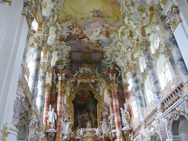 nádhené fresky nutí poutníka zvedat oči k nebi