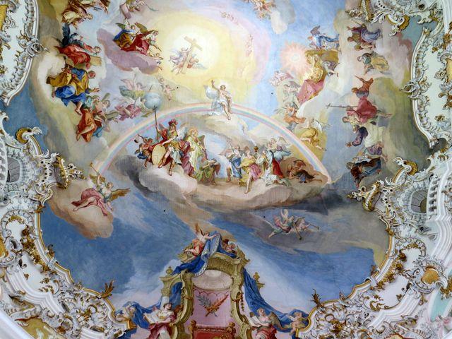 ústřední postavou stropní fresky je Ježíš sedící na duze