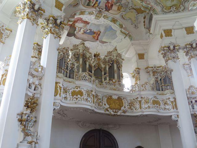 původní varhany se zlacenými ornamenty byly osazeny v roce 1757, dnešní jsou z roku 1959