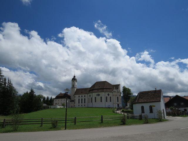 původní kaplička, kostel a poutní dům ve Wies