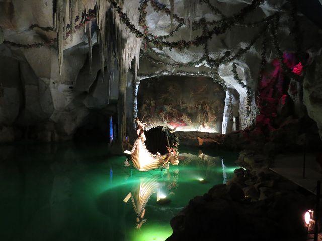 umělá krápníková jeskyně s jezírkem