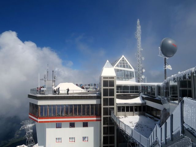 členité budovy s plochými střechami umožňují turistům užívat si výhledů
