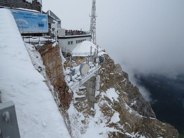 na vrcholu Zugspitze je několik staveb a výhledových plošin