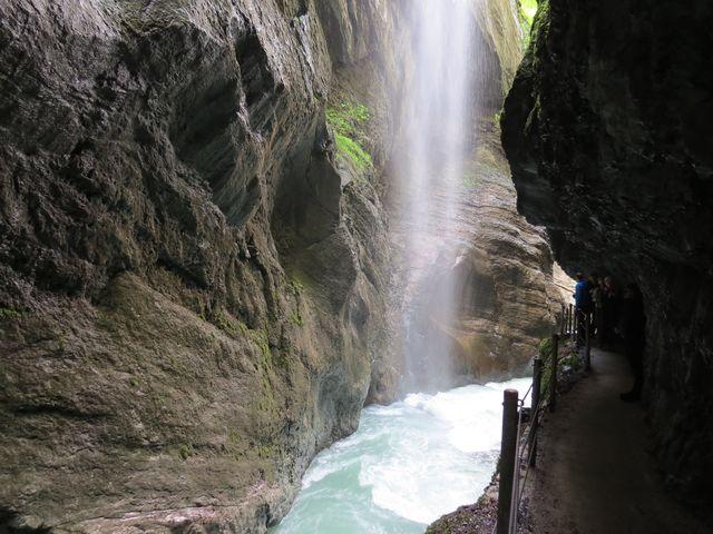 voda padající ze stěn až 80 metrů vysokých tvoří elegantní závoje