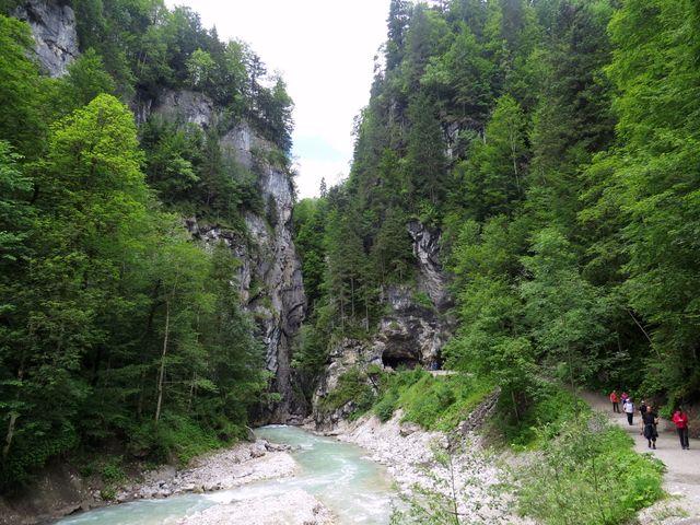 mírná a klidná říčka Partnach vtéká z jihu do soutěsky