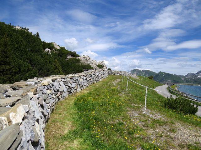 kamenná zeď se jmény obyvatel obcí Lech a Zürs
