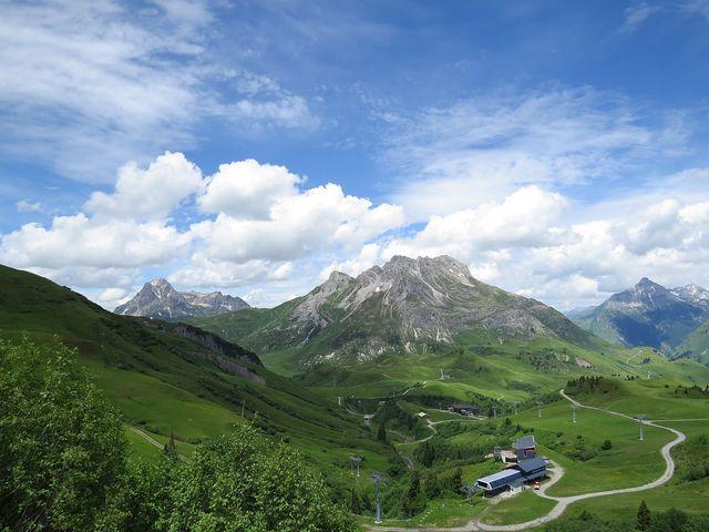 na horských loukách je několik lanovek na okolní kopce
