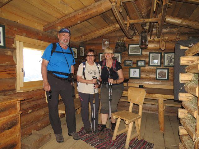zařízení chaty, v níž se bydlelo během sušení sena na horských lukách
