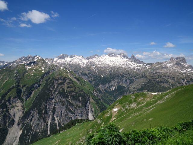 z vrcholu Jöchelspitze je kruhový výhled - pod námi Höhenbachtal