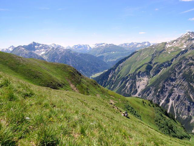 hluboko pod námi je údolí, kterým jsme putovali ke Kemptner Hütte