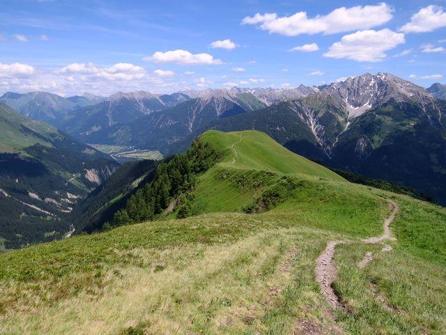 hluboká údolí jsou charakteristická pro tuto alpskou oblast
