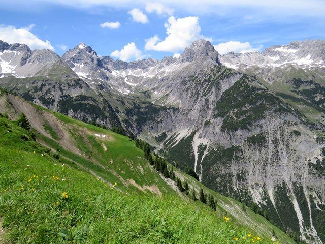 výhled ze svahu Mutte (2 187 m)