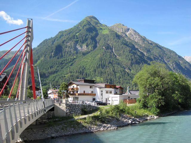 v Bachu je nový silniční most přes řeku Lech