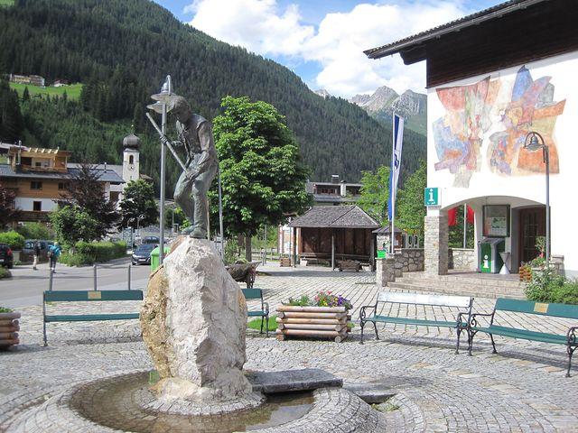 z centra obce jsou vidět hřebeny Allgäuských Alp