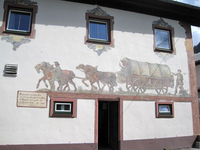 obraz na fasádě hostince připomíná příjezd osadníků do Bachu - na cedulce je rok 1600