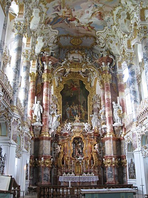 oltář poutního kostela ve Wies se zázračnou sochou Spasitele