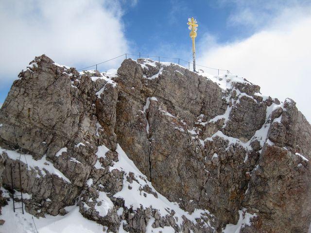 vrchol Zugspitze září ve slunci
