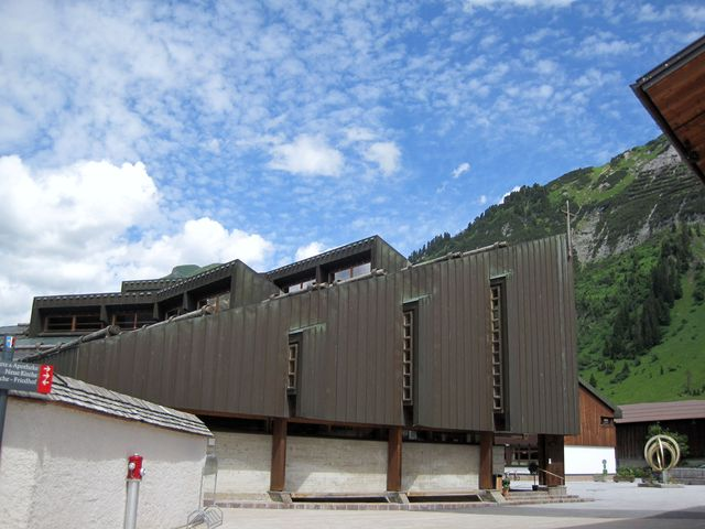 nový kostel v Lechu je pod svahu Rüfikopf-u