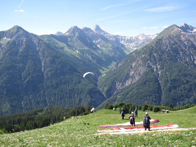 příkré svahy slouží paraglidistům