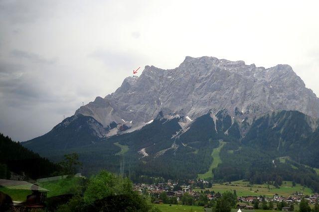 masiv Zugspitze, pod ním městečko Ehrwald; z autobusu fotil Z. Navrkal