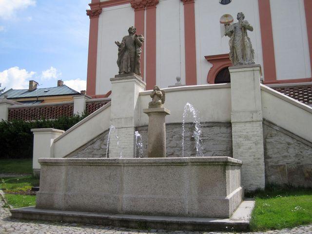 sochy sv. Petra a Pavla u děkanského chrámu