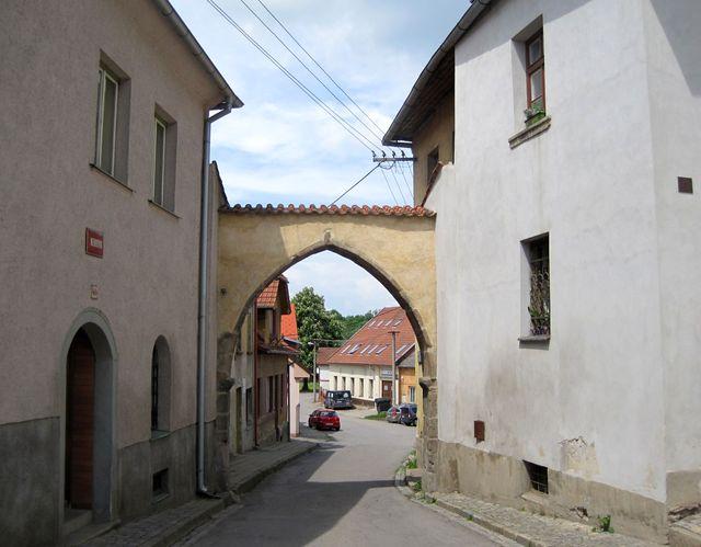 Dolní brána uzavírá Sezimovo náměstí a je pozůstatkem opevnění vybudovaného ve 2. polovině 15. století, dům vlevo má gotické jádro