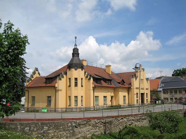secesní budova městské elektrárny a veřejných lázní byla vystavěna v roce 1911 - Polná byla jedním z mála měst, která měla před 1. světovou válkou vlastní výrobu elektrického proudu (teď tam jsou byty)