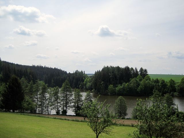vystoupali jsme na úbočí kopce Kateřinov - pohled na část rybníka Peklo