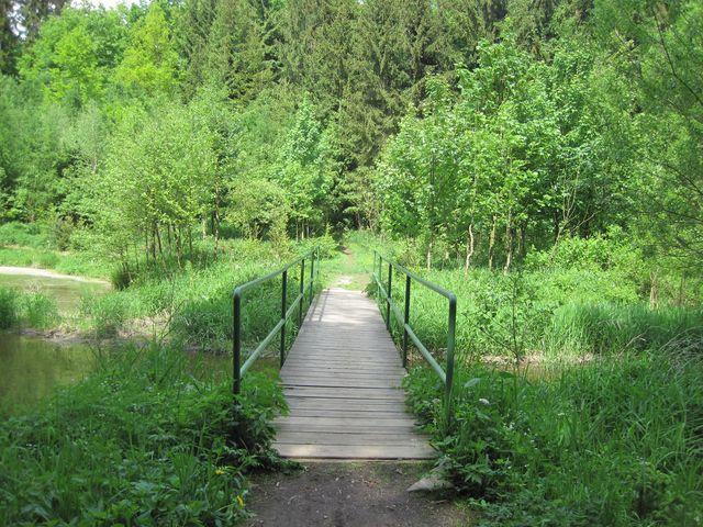 za lavičkou přes Zhořský potok vtékající do Pekla se změní terén - Polná je už blízko