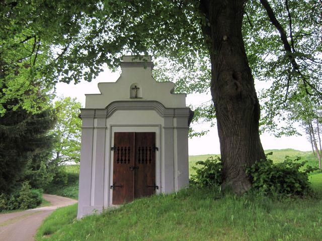 kaplička u Podleského mlýna je z roku 1705