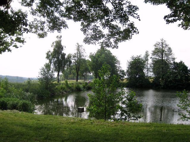rybník Bahno u Stáje leží při křižovatce cest