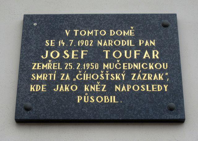 pamětní deska je na rodném Toufarově domě v Arnolci od roku 1992