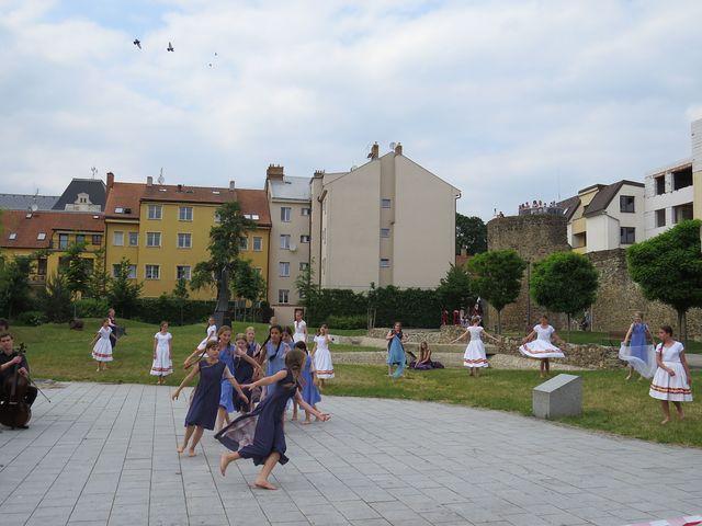 vystoupení žákyň ZUŠ Jihlava v parku Gustava Mahlera