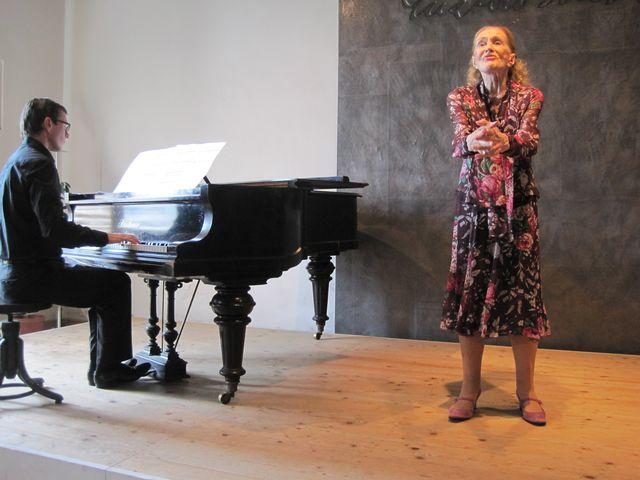 umělkyni doprovázel na klavír Daniel Wiesner
