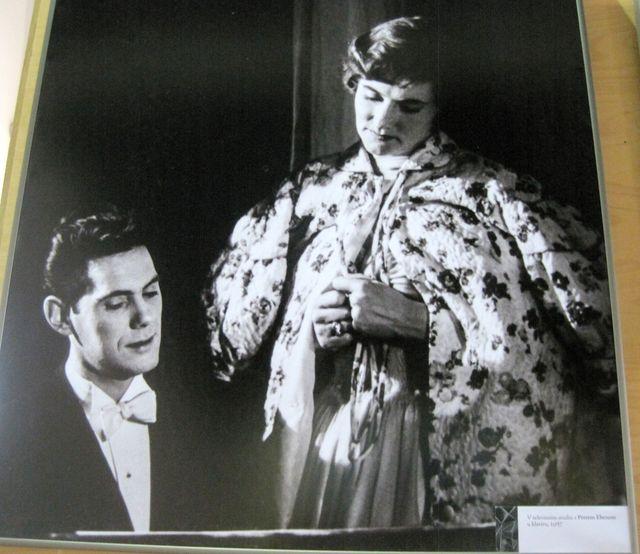 v televizním studiu s Petrem Ebenem u klavíru, 1957