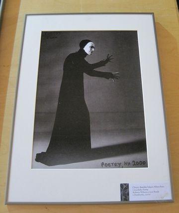 číhající Smrtka Edgara Allana Poea v muzikálu Poetry Roberta Wilsona a Lou Reeda v Hamburku, 2000