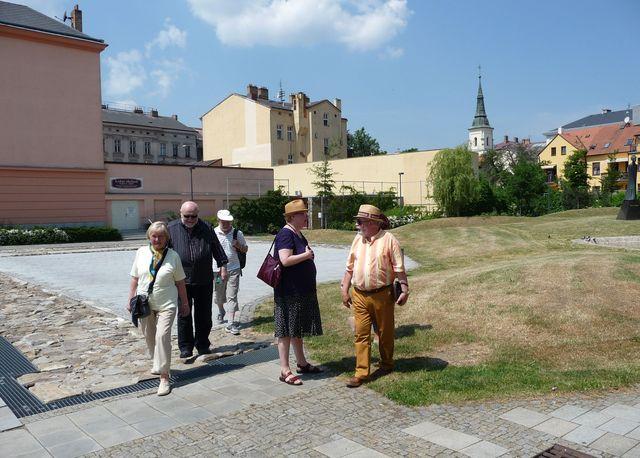 sochaře Koblasu s chotí provázeli Jihlavou Olga a Josef Poukarovi a Dr. Šimánek; foto Silva Poukarová