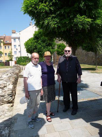 Jan Koblasa a Sonia Jakuschewa s Ing. Josefem Poukarem v parku Gustava Mahlera v Jihlavě; foto Silva Poukarová