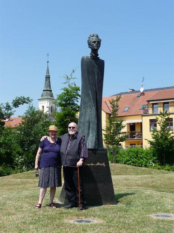 autor sochy Jan Koblasa s chotí; foto Silva Poukarová