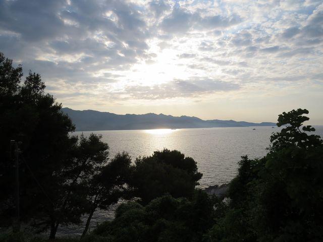 slunce zapadá nad zálivem Saint Florent
