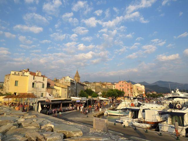 už ve 4. století bylo v rybářské vesnici Saint Florent založeno biskupství