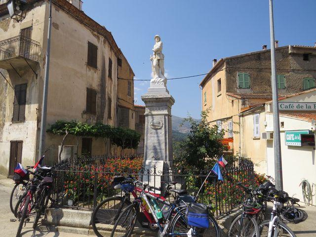 v centru každého městečka je pomník padlým