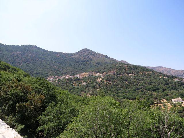 kaštanové a olivové háje obklopují každé městečko