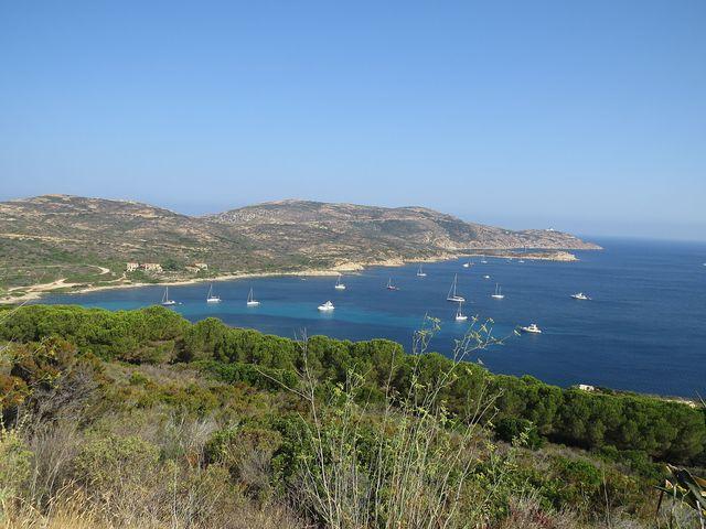výhledy z pobřežní silnice - maják Revellata nad zálivem u Calvi