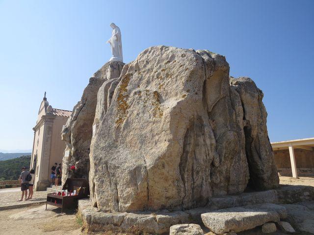 kaple a uctívaná socha na kopci asi 6 km od Calvi