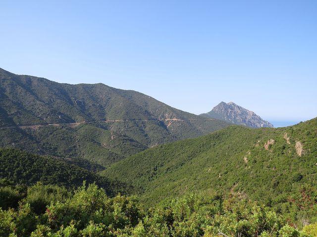 trasa cyklojízdy po úbočích kopců je zdaleka zřetelná