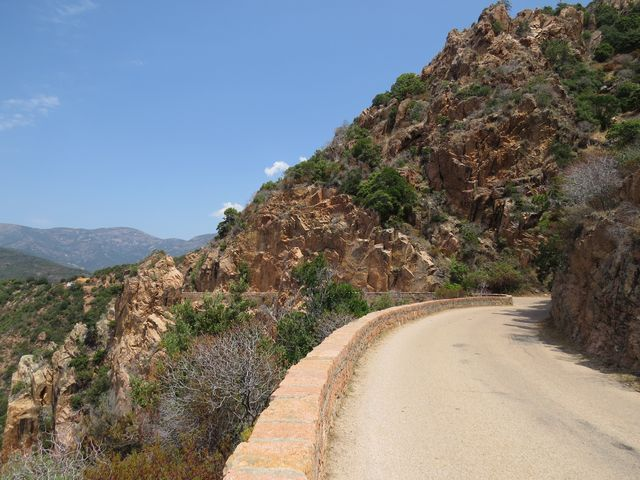 silnice kopíruje reliéf kopců