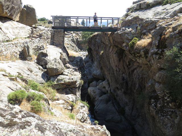tam dole teče řeka Golo