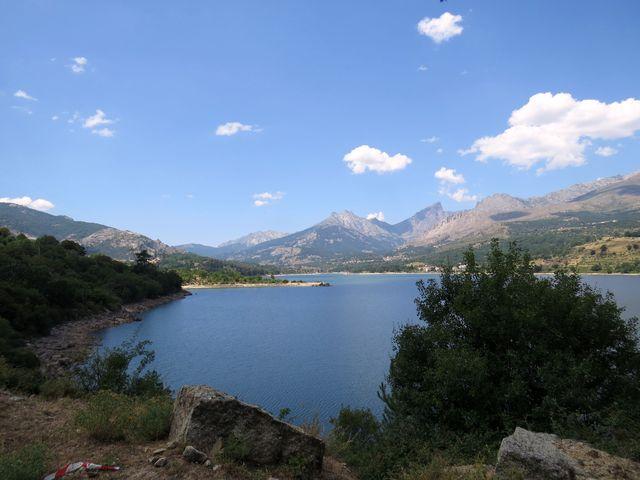 přehrada na řece Golo - tam v horách na obzoru Golo pramení